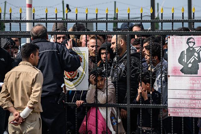 Migranten warten an einer türkischen Küstenwachstation am Dikili Bezirk in Izmir, am 20. März 2016, nachdem sie  bei dem Versuch, die griechische Insel Lesbos aus dem Bademli Dorf, Westen der Türkei zu erreichen, gefangen wurden. Foto: OZAN KOSE / AFP / Getty Images lesen