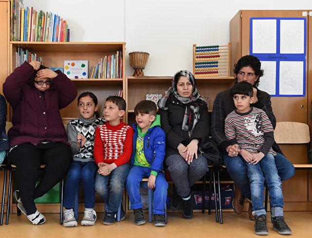 Auch das zählt zur Entwicklungshilfe - Kinder in der Bayernkaserne / München, 21. März 2016 beim Start eines auf 3 Jahre angelegten Leseprogramms Foto: CHRISTOF STACHE/AFP/Getty Images