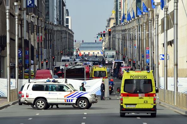 Polizisten bewachen das Sperrgebiet um die betroffene U-Bahnstation Maelbeek.
