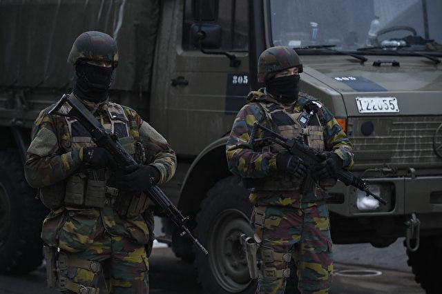 Belgische Soldaten stehen in der Nähe von Brüsseler Flughafen in Zaventem am 23. März, einen Tag nach Terrorangriffen. Foto: JOHN THYS / AFP / Getty Images