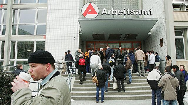 Leute vor einer Bundesarbeitsagentur für Arbeit in Berlin. Foto: Sean Gallup / Getty Images