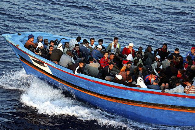 Symbolfoto: Migranten-Boot vor Lampedusa 2005. Foto: Marco di Lauro / Getty Images