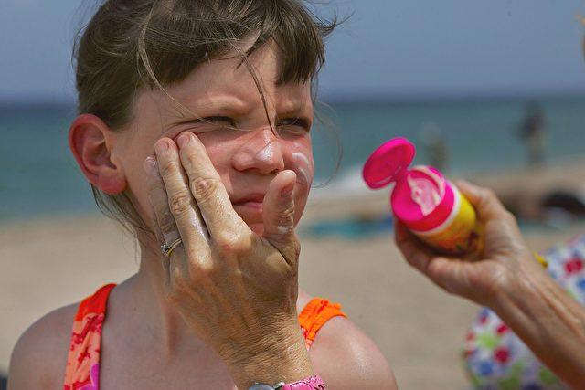 """""""Es gibt keine Hinweise, dass die Verwendung von Sonnenschutzmitteln in jedem Alter einen wirklichen Schutz gegen das maligne Melanom bietet."""" (Dr. Marianne Berwick) Foto: Joe Raedle/Getty Images"""