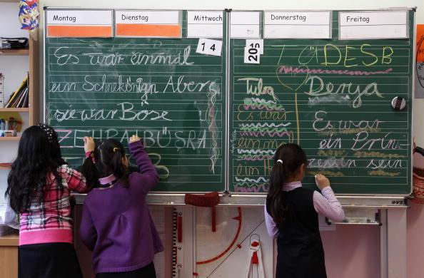 Sprachmängel als Armutsfalle? Sind Sprachdefizite und ein Bildungssystem, das zu viele Kinder chancenlos zurücklässt, eine tickende soziale Zeitbombe, wie befürchtet? (Symbolbild) Foto: Andreas Rentz/Getty Images