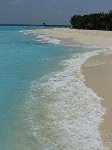 Strandlinie von JA Manafaru / Malediven