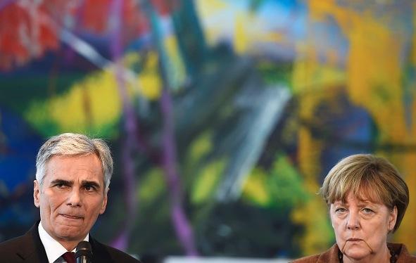 Österreichs Bundeskanzler Werner Faymann und die deutsche Kanzlerin Angela Merkel Foto: TOBIAS SCHWARZ/Getty Images