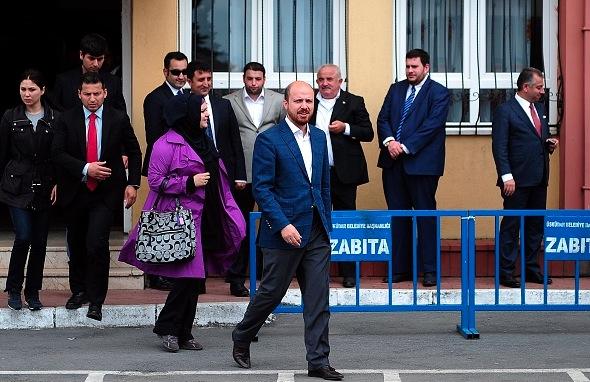 Bilal Erdogan, der Sohn des türkischen Präsidenten Recep Tayyip Erdogan, verlässt das Wahllokal nach den Wahlen in der Türkei am 7 Juni 2015. Foto: OZAN KOSE/Getty Images