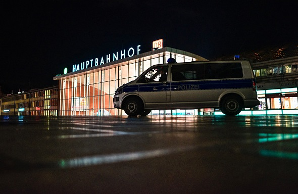 Polizei am Hauptbahnhof in Köln Foto: Sascha Schuermann/Getty Images
