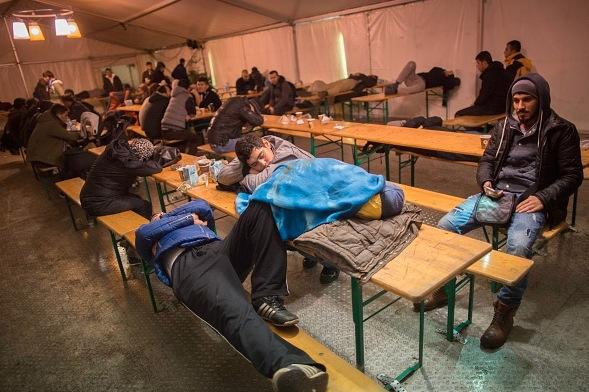 Flüchtlinge und Migranten warten in einem Zelt am LAGeSo in Berlin, 21. Dezember 2015.   Foto: KAY NIETFELD/Getty Images