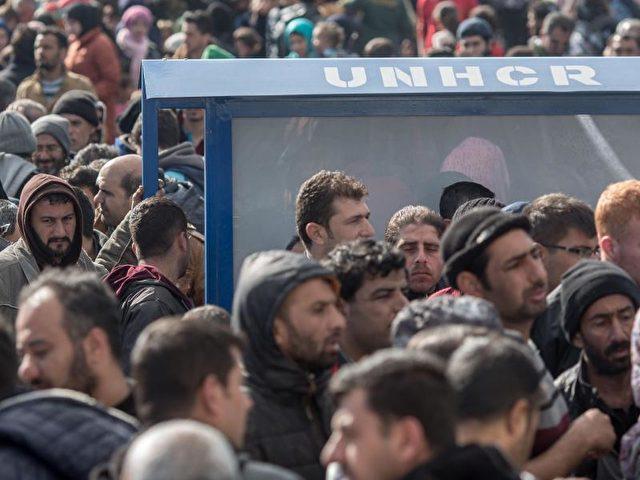 Nachdem Mazedonien kaum noch Flüchtlinge einreisen lässt, hat sich in Idomeni an der Grenzübertrittstelle ein riesiges Lager mit Tausenden Flüchtlingen gebildet. Foto: Michael Kappeler/dpa/dpa