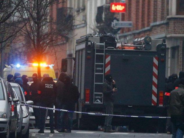 Massives Polizeiaufgebot im Brüsseler Stadtteil Molenbeek.Foto: Laurent Dubrule/dpa