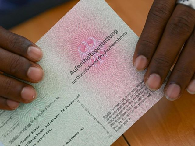 Flüchtling mit einer Aufenthaltsgestattung in den Händen. Juristische Schritte gegen das Bundesamt wagen vorwiegend Menschen, die sich eine hohe Chance ausrechnen, dass ihrem Asylantrag stattgegeben wird. Foto: Arne Dedert/Symbolbild/dpa