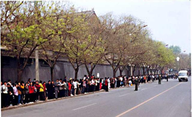 24. April 1999. 10.000 Falun Gong Praktizierende kamen zur Petition zum Petitionsbüro in Peking zusammen, wurden aber von Sicherheitskräften zum Regierungsviertel Zhongnanhai geleitet.