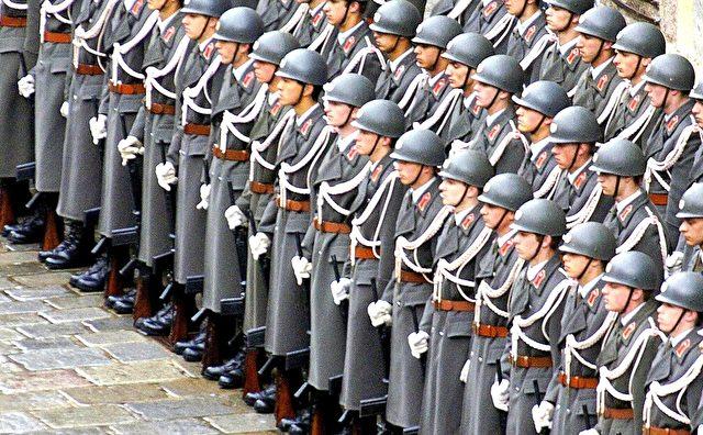 Soldaten des österreichischen Ehrenwache in Wien am 27. März 2004. Foto: JOE KLAMAR / AFP / Getty Images