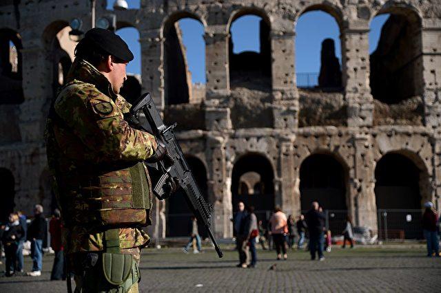 """Unter dem Motto """"Sichere Straße"""", sei an relevanten Punkten in Italien die Armee mit gepanzerten Fahrzeugen, schussbereiten Maschinenpistolen und schusssicheren Westen aufgezogen, heißt es in """"geolitico"""".  Foto: FILIPPO MONTEFORTE/AFP/Getty Images)"""