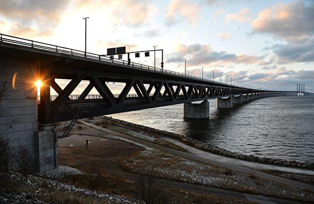 Die Sonne geht über der Öresund-Brücke unter. Foto: JOHAN NILSSON / TT / AFP / Getty Images
