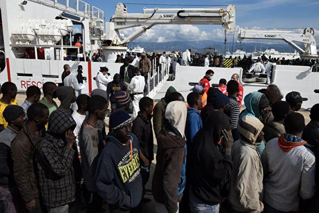 Journalist wird in Sizilien an Berichterstattung über ankommende Migranten gehindert und aus dem Hafen eskortiert