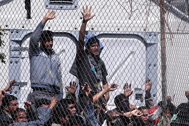 Flüchtlinge aus Afghanistan und Pakistan protestieren in der Haftanstalt gegen ihre Abschiebung in die Türkei am 5. April 2016 Lesbos, Griechenland. Foto: Milos Bicanski/Getty Images