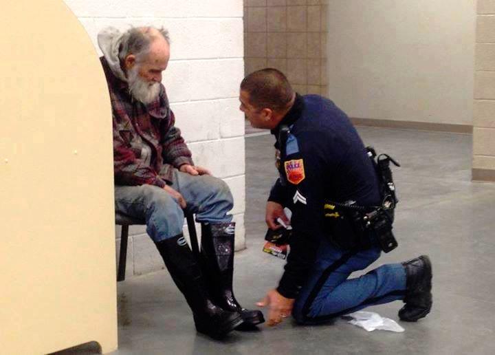 Er soll einen Obdachlosen wegbringen. Was dieser Polizist vorher macht, ist einfach herzerwärmend!