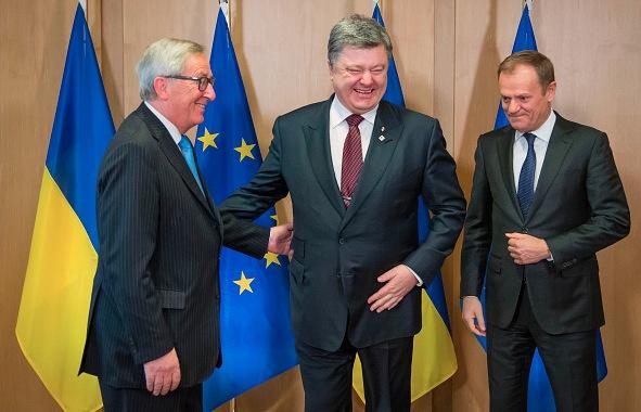 Der urkainische Präsident Petro Poroschenko (M), der Präsident der EU-Kommision Jean-Claude Junker (L) und Donald Tusk der Präsident des Europäischen Rates am 17. März 2016 in Brüssel. Foto: STEPHANIE LECOCQ/Getty Images