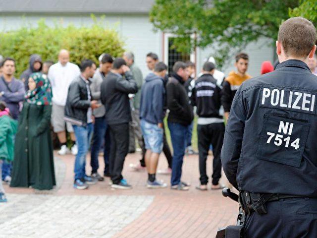 Erstaufnahmelager für Flüchtlinge in Friedland. Am Montag kommen die ersten 40 Syrer, auf Basis des EU-Flüchtlingspakts mit der Türkei, nach Deutschland. Foto: Swen Pförtner/dpa