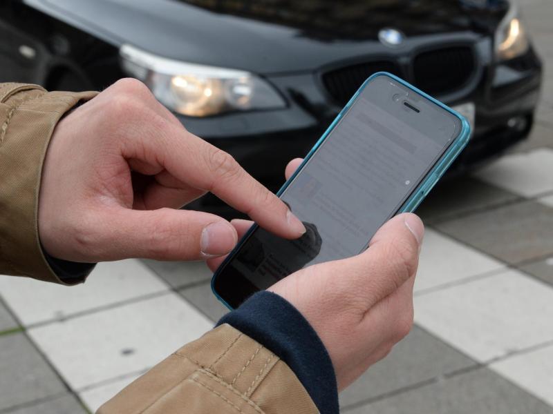 Smartphones lenken viele Fußgänger ab