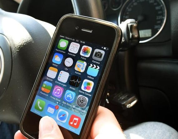 Studie warnt vor großer Unfallgefahr durch Handy am Steuer