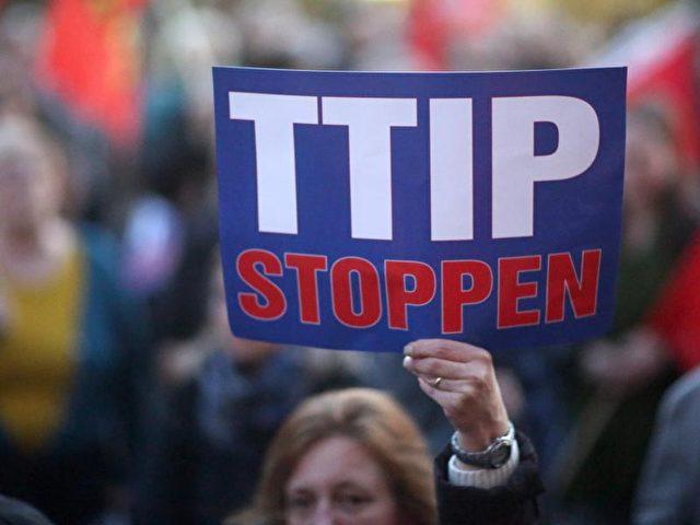 Jeder dritte Deutsche lehnt das geplante Handelsabkommen TTIP zwischen der EU und den USA laut einer vorgestellten Umfrage für die Bertelsmann-Stiftung komplett ab. Nur knapp jeder fünfte Bundesbürger (17 Prozent) bewertet TTIP als gute Sache. Foto: Fredrik von Erichsen/Archiv/dpa