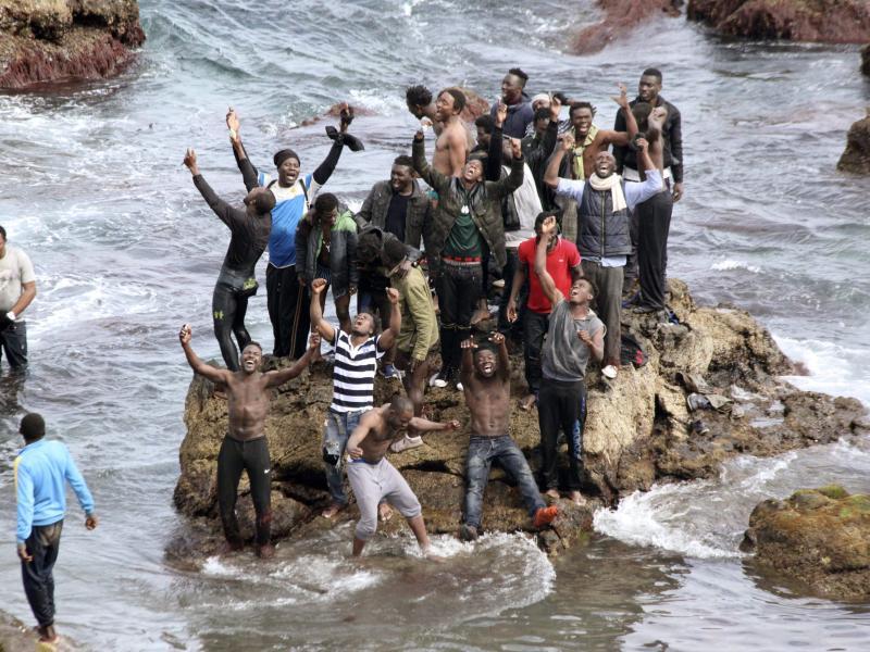 220 Flüchtlinge überwinden Sperranlage von Marokko in spanische Exklave Ceuta