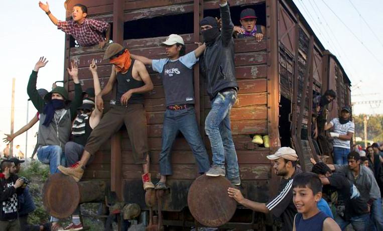Idomeni: Wilde Randalierer stürmen Grenzzaun mit Waggon als Rammbock