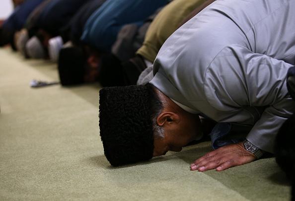 Gläubige Muslime beim Gebet in einer Moschee Foto: Getty Images