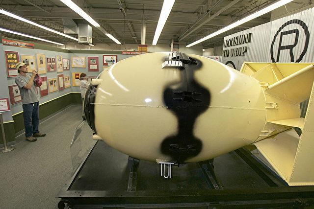 """Atombomben ähnlich der Nagasaki-Bombe (""""Fat Man""""), wie er hier im National Atomic Museum in Albuquerque, New Mexico, ausgestellt ist, könnten in einem Stollen im thüringischen Jonastal versteckt liegen."""