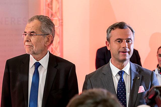 Nie war das Medieninteresse an Österreichs Präsidentenwahl größer: Van der Bellen (li) und Hofer (re) am Sonntag abend vor Journalisten. Foto: Jan Hetfleisch/Getty Images