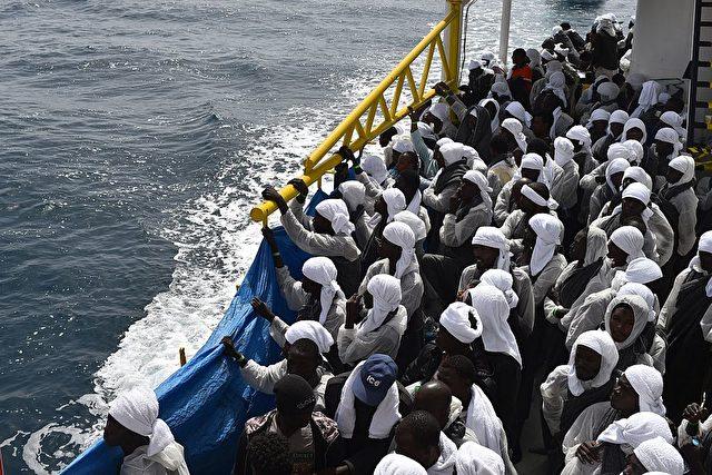 Migranten werden mit einem Rettungsschiff nach Sardinien gebracht (26.Mai) Foto: GABRIEL BOUYS/AFP/Getty Images