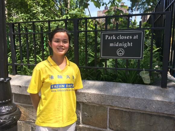 Joy Xue, eine Falun Gong-Praktizierende aus Neuseeland, steht am Union Square Park in New York im Mai 2016