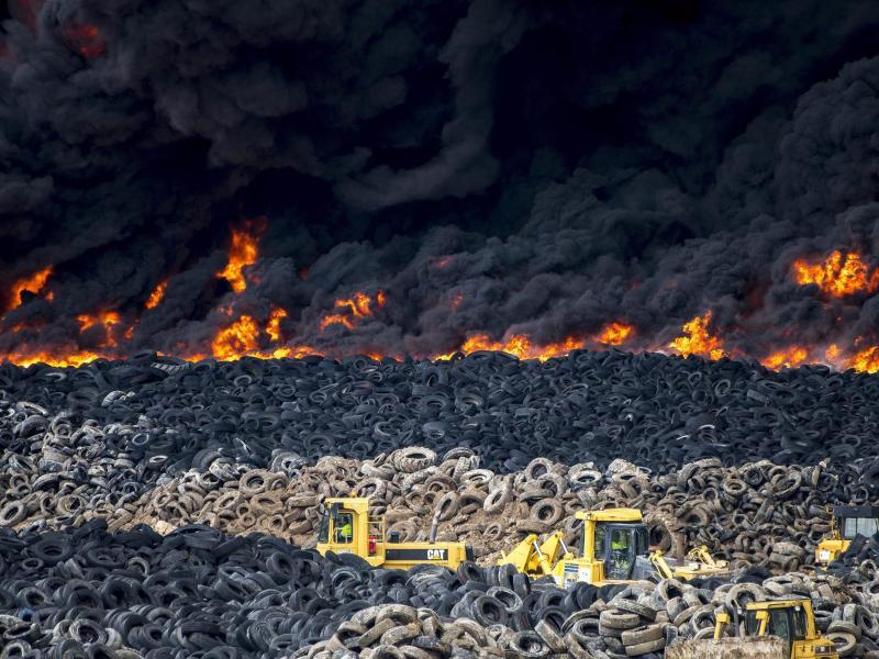Giftiger Rauch vertreibt Anwohner von brennender Deponie