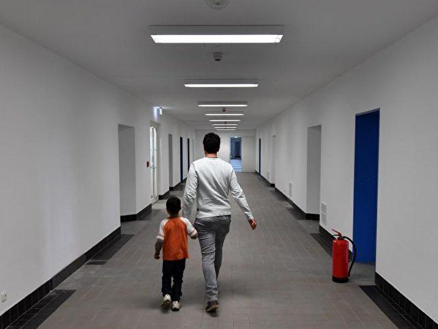 Flüchtlinge in einer Erstaufnahmeeinrichtung in Brandenburg. Foto: Ralf Hirschberger/dpa