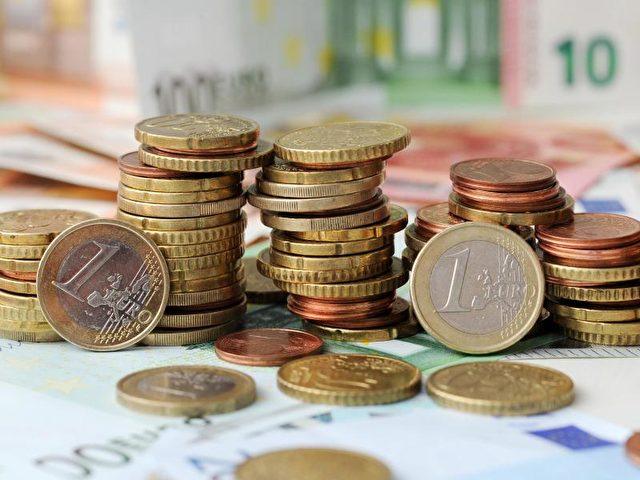 Laut einem Bericht der «Bild»-Zeitung plant die CDU nach der Bundestagswahl 2017 geringere Steuern auf kleine und mittlere Einkommen. Foto: Tobias Hase/Illustration/dpa