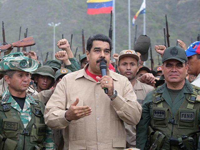 Venezuelas sozialistischer Präsident Nicolás Maduro besucht ein miltärisches Trainingscamp in Vargas. Foto: Miraflores Press/dpa