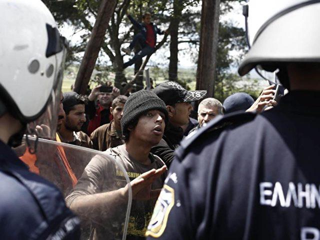 Flüchtlinge und griechische Polizisten imLager vonIdomeni an der Grenze zu Mazedonien.Foto: Kostas Tsironis / Archiv/dpa