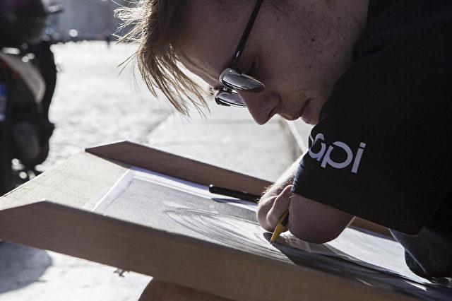 Mariusz hält den Stift mit den Enden seiner Arme und zeichnet auf diese Weise wunderschöne Bilder.