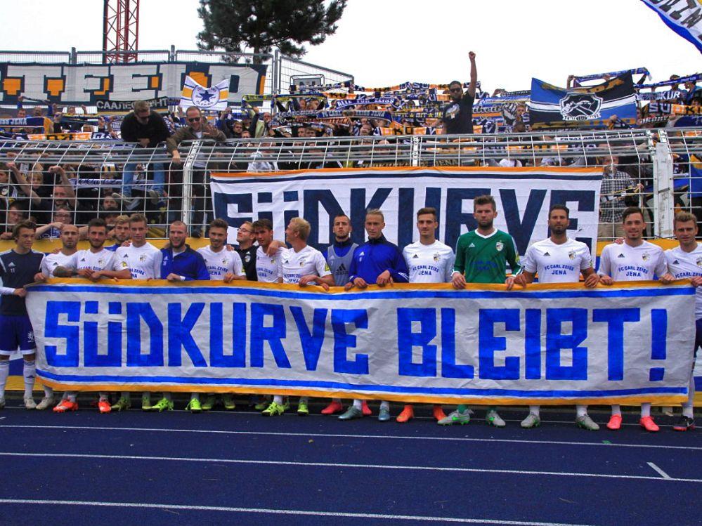 """""""Südkurve bleibt"""": Jena-FCC-Fans kreativ gegen """"Vertreiben aus Heimkurve"""" – """"Wir wollen gehört werden"""""""