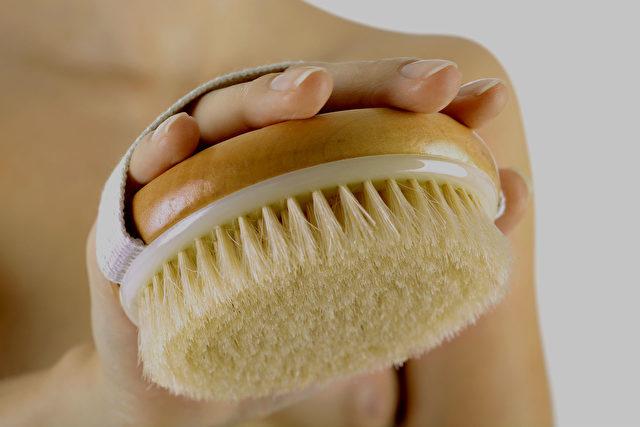Hautbürsten vitalisiert den ganzen Körper Foto: fotolia.com/Hautbürste1