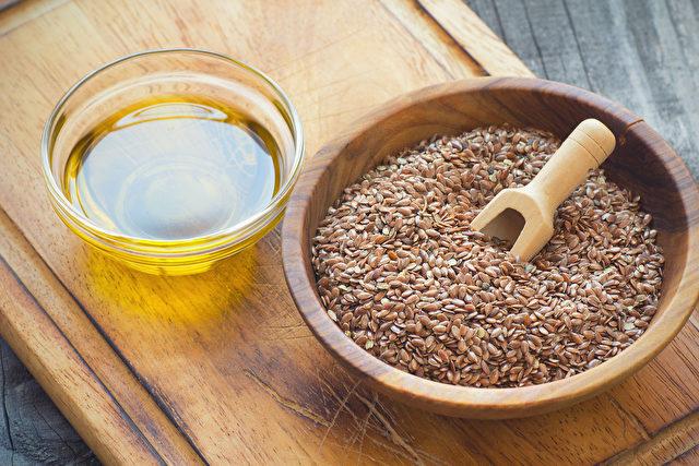 Leinsamen Gold oder in Braun, geschrotet, ganz oder als Öl: Immer ein Geschenk der Natur für die Gesundheit. Foto: fotolia.com/Leinsamen