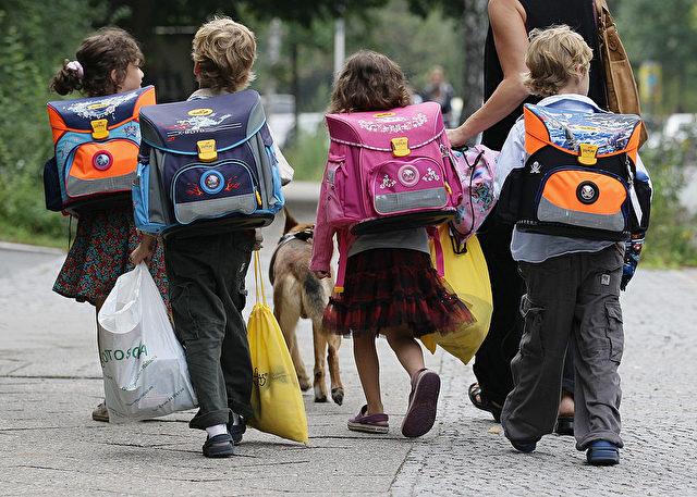 Kinder auf ihrem  Weg zur Schule in Berlin. Foto: Andreas Rentz / Getty Images