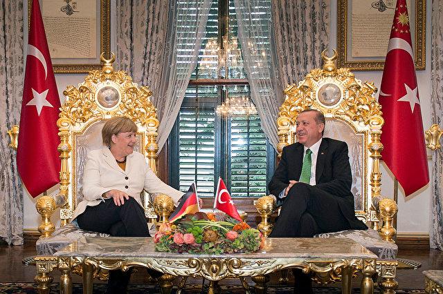 Kanzlerin Angela Merkel und der türkische Staatspräsident Recep Tayyip Erdogan bei einem Treffen 2015 in Istanbul. Foto: Guido Bergmann/Bundesregierung via Getty Images