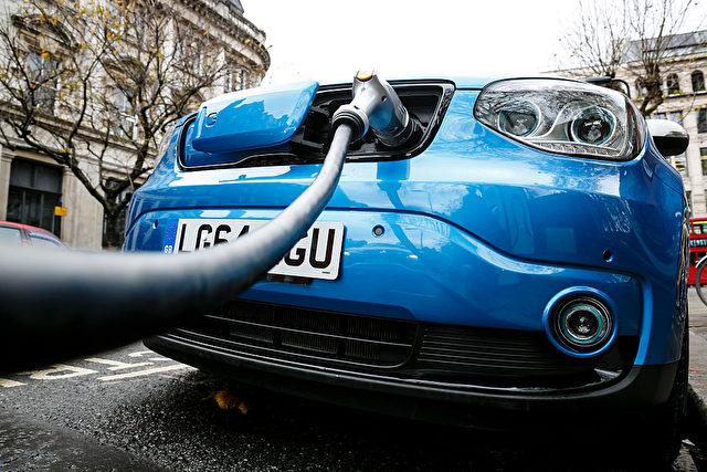 Elektroauto an einer Strom-Tankstelle in England. Foto: Miles Willis / Getty Images