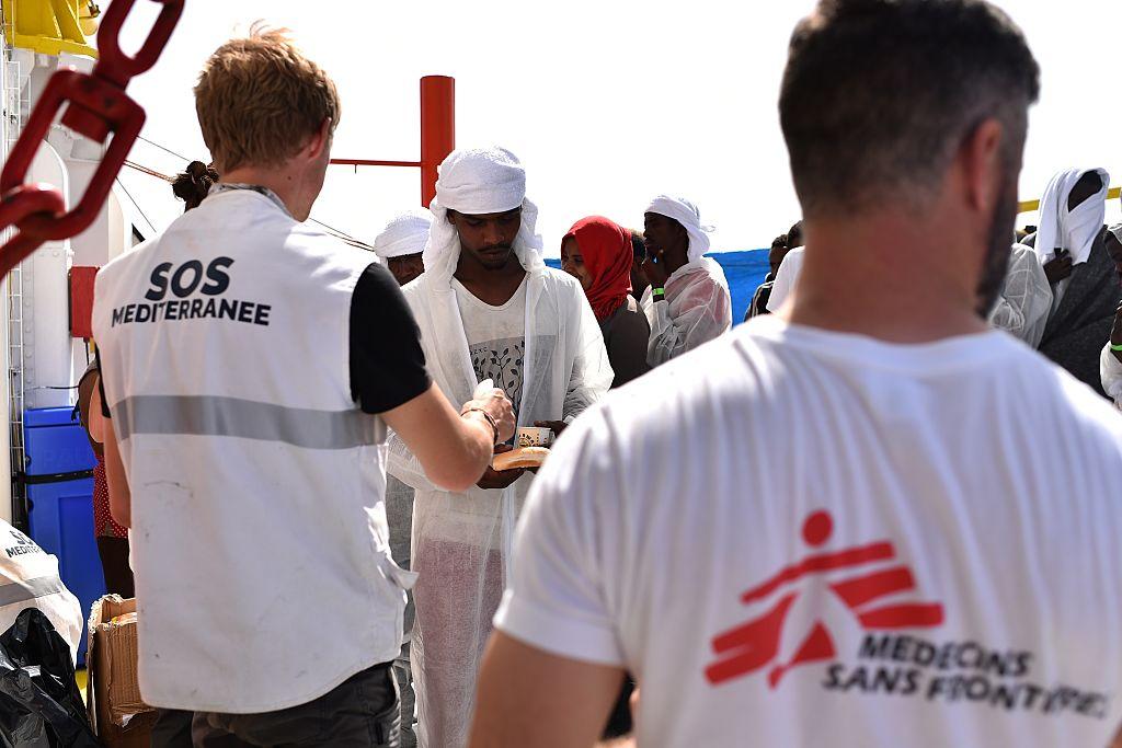 """Neuer Verteilungsmechanismus für Migranten: """"Ocean Viking"""" legt in Messina an"""