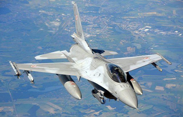 NATO-Manöver: Polnischer F16-Kampfjet über Nordpolen am 10. Juni. Foto: DAMIEN SIMONART/AFP/Getty Images