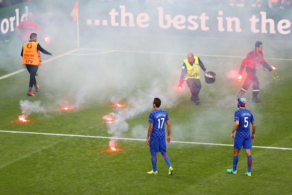 Nach Pyro-Attacken: UEFA eröffnet Disziplinarverfahren gegen Kroatiens Verband